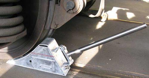 Ein spezieller Radkeil für Gleisfahrzeuge sichert Gleisfahrzeuge kabellos über ein Funksystem oder kabelgebunden vor unkontrolliertem wegrollen