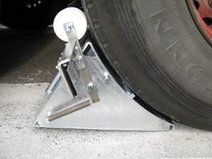 Unser LKW Unterlegkeil kann in verschiedenen Größen z.B. als DIN-Radkeil, in Sonderausführung aus Stahlblech verzinkt für die Sicherung der LKW`s bereitgestellt werden. An der Gebäudewand befindet sich ein Lichtschrankensystem die den Reflektor am Radkeil bis zu einer Entfernung von 12 m sicher erkennt.